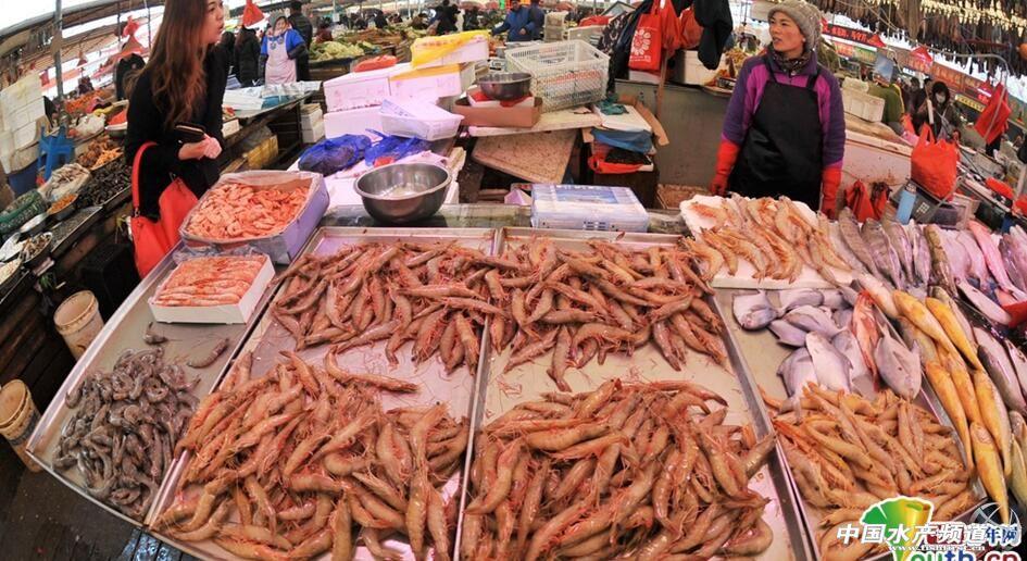 青岛海鲜市场热闹非凡