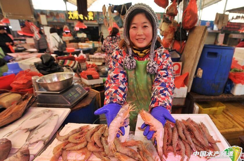 春节临近,青岛海鲜市场热闹非凡