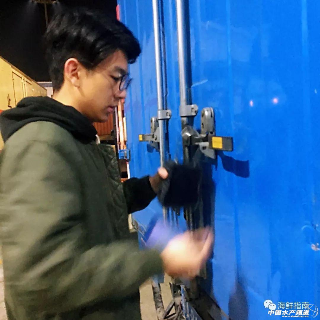 装车完毕后,海关的工作人员会在货车上扣上自带定位系统的海关锁